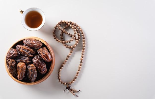 Tabel bovenaanzicht afbeelding van decoratie ramadan kareem dateert fruit en rozenkrans kralen