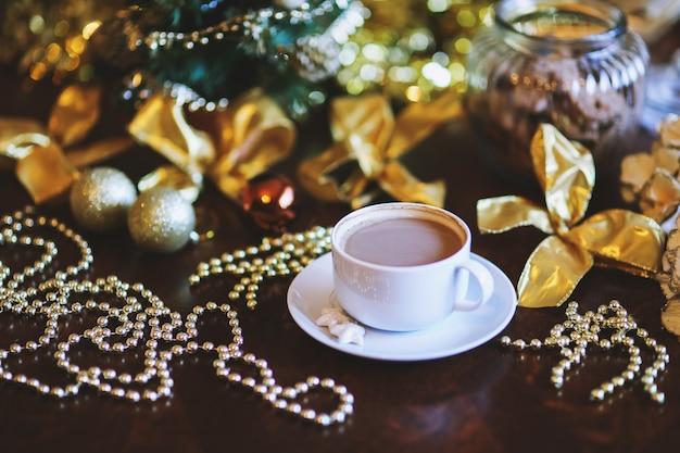 Tabel ingericht voor de kerst met een kop