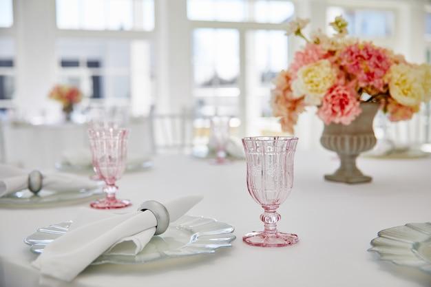 Tabel instelling bruiloft in mooie stijl op wit