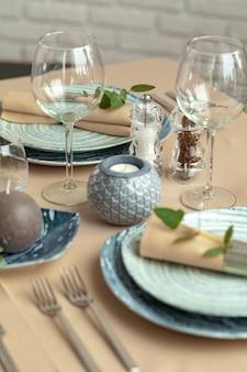 Tabel instelling in restaurant met stijlvolle decoraties