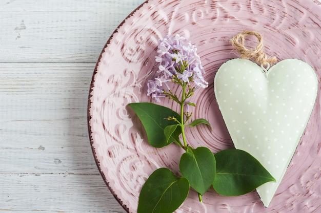 Tabel instelling met hart en lila bloemen