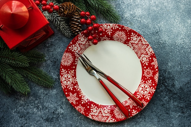 Tabel instelling voor kerstdiner op betonnen tafel