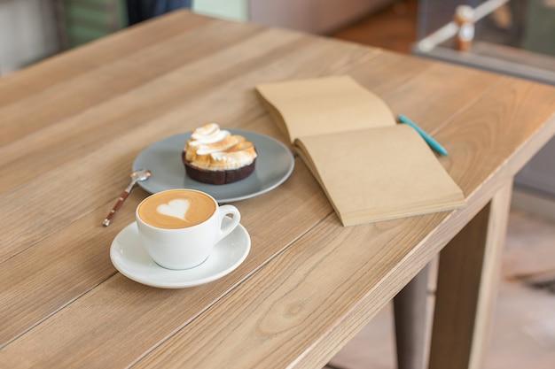 Tabel instelling voor koffie op het aanrecht in een koffiehuis