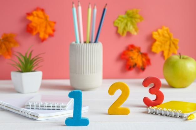 Tabel met cijfers schoolbenodigdheden vergrootglas cijfers notebooks wekker en potloden