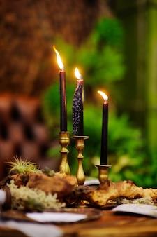 Tabel met kaarsen voor bruiloft receptie of kerstmis / nieuwjaar feest