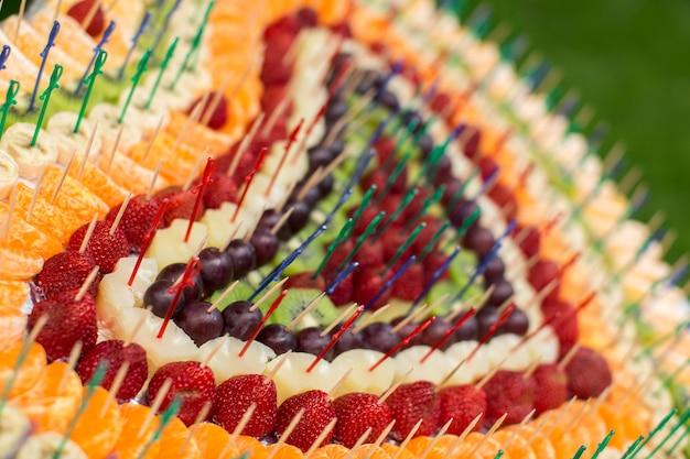 Tabel met vers fruit ingericht