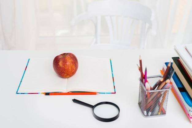 Tabel met voorbeeldenboek en potloden