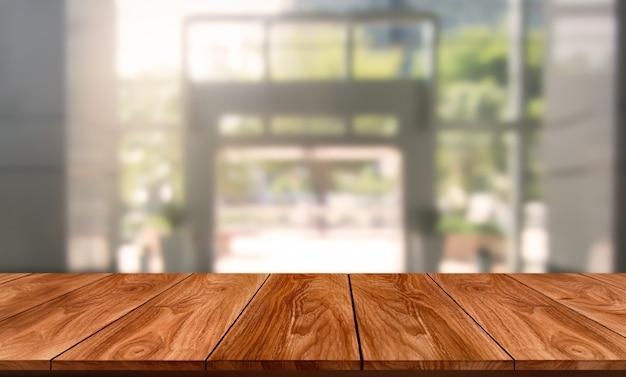 Tabel op moderne kantoor stad achtergrond met lege kopie ruimte op tafel voor productweergave