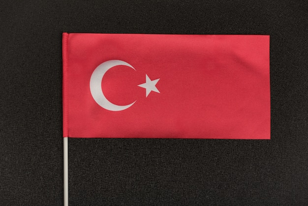Tabel turkse vlag op een zwarte achtergrond. symbool