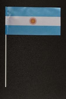 Tabel vlag van argentinië op zwarte achtergrond. blauw-witte vlag met zon. verticaal kader