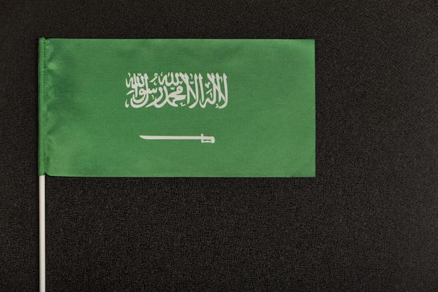 Tabel vlag van koninkrijk saoedi-arabië op zwarte achtergrond. groene vlag met zwaard.