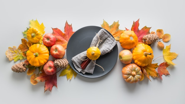 Tabel voor thanksgiving day met pompoenen, bladeren, appels. bovenaanzicht