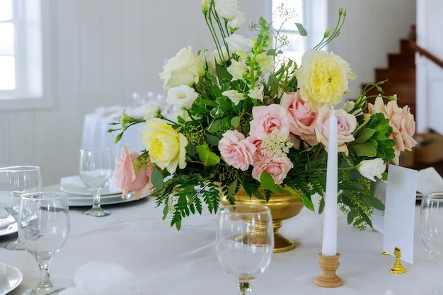 Tabellen feestelijke set voor bruiloftsreceptie van verse bloemen.