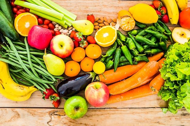 Tabelweergave van gekleurde mix van verse en seizoensgebonden groenten en fruit voor veganistisch of vegetarisch of gewoon gezond eten