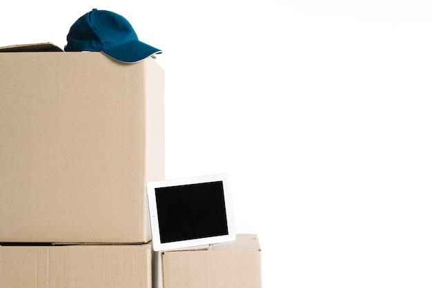 Tablet en dop op kartonnen dozen