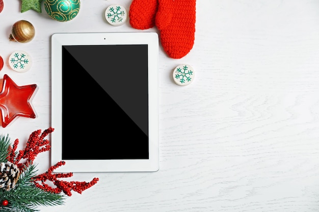 Tablet en kerst decor op witte houten achtergrond