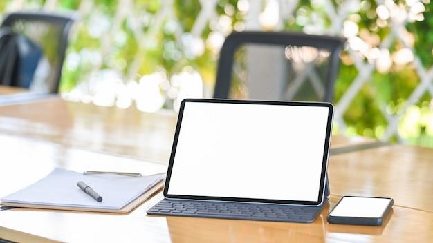 Tablet en smartphone op houten tafel met geïsoleerde scherm.