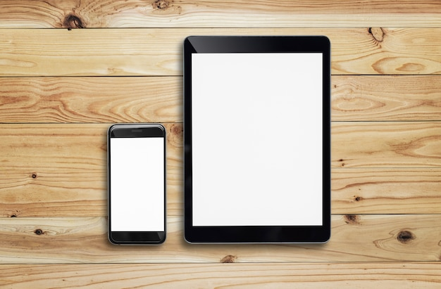 Tablet en smartphone op houten tafel.