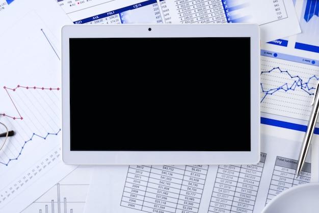 Tablet- en zakelijke afbeeldingen op de desktop