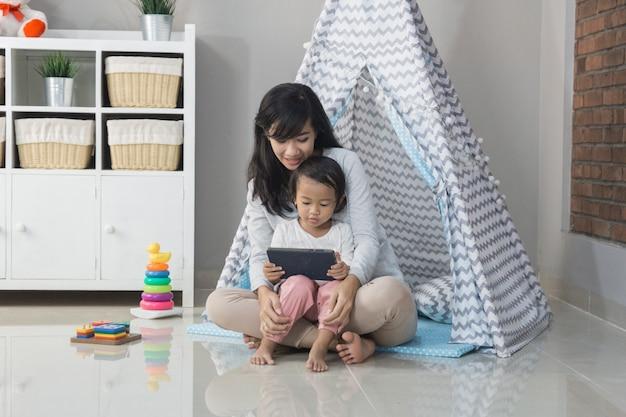 Tablet gebruiken tijdens het spelen thuis