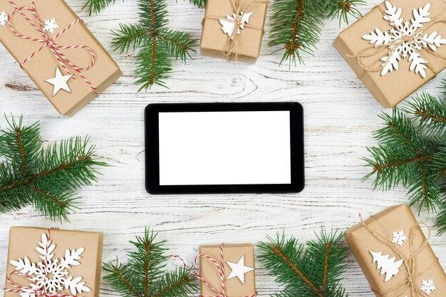 Tablet geïsoleerd voor stijlvolle kersttijd, geschenkdoos en sparren