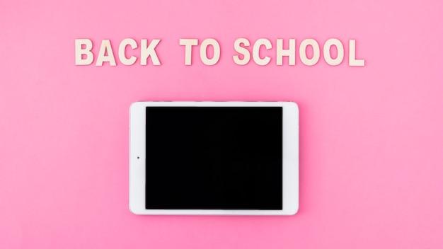 Tablet in de buurt van terug naar school schrijven