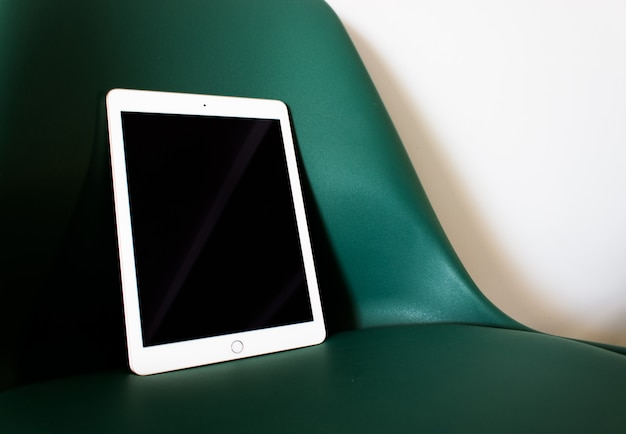 Tablet met leeg scherm op een stoel