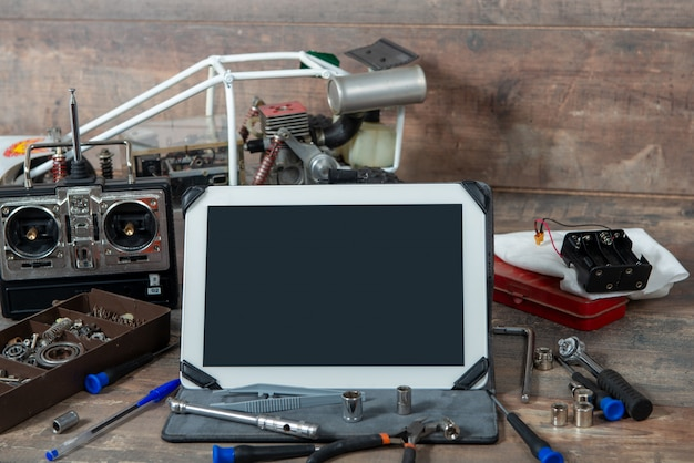 Tablet met rc radiocontroleauto en hulpmiddelen