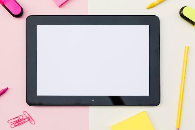 Tablet met schattige briefpapier