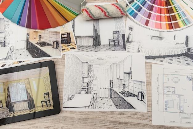 Tablet met slaapkamerplattegronden in afgewerkte kamer