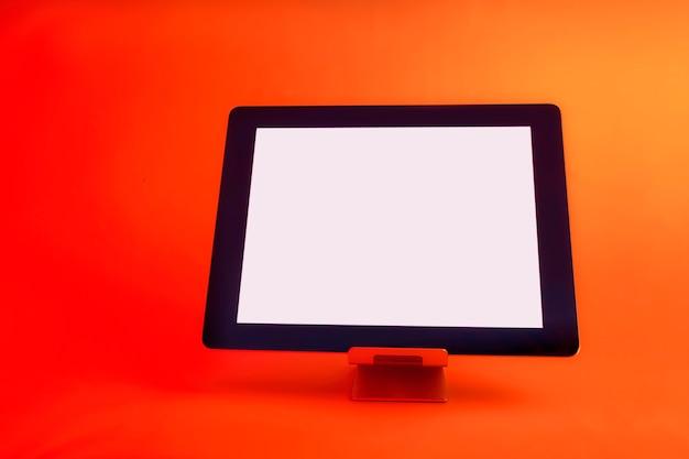 Tablet met wit scherm. afgezet tegen helder, rood creatief licht.