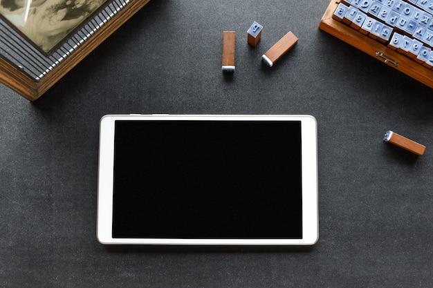 Tablet op een tafel