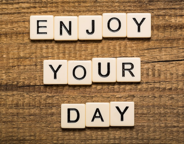 Tablet-pc met tekst enjoy your day met bokeh-achtergrond