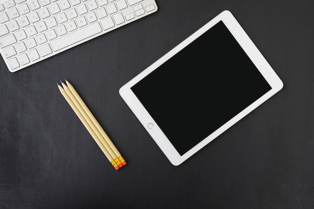 Tablet, potloden en toetsenbord