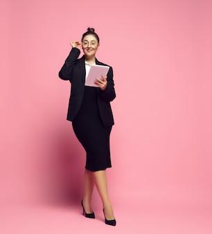 Tablet scrollen. jonge vrouw in kantoorkleding. lichaamspositief vrouwelijk karakter, feminisme, van zichzelf houden, schoonheidsconcept. plus size zakenvrouw, elegante leraar, mooi meisje. inclusie, diversiteit.