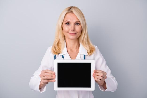Tablet van de vrouwengreep maakt gebruik van moderne technologie om de patiënt te raadplegen