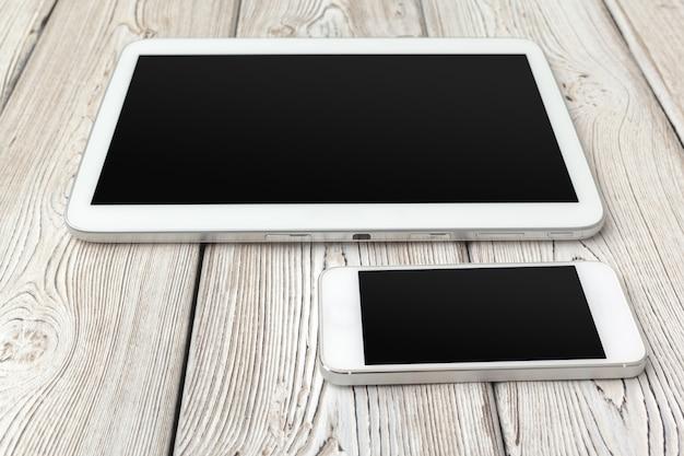 Tabletcomputer en witte slimme telefoon