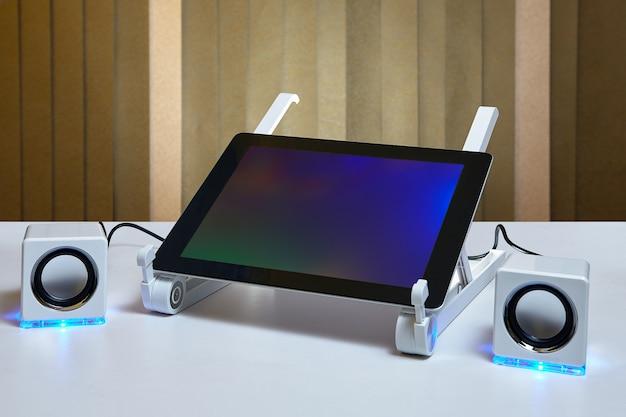 Tabletcomputer is aangesloten op externe luidsprekers.