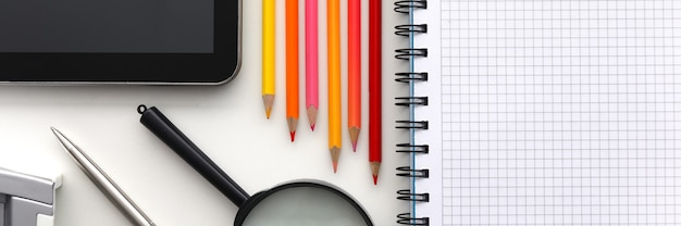 Tabletpc en reeks potlood op werktafelclose-up. verzamel het kind naar school-concept
