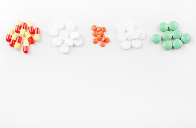 Tabletten en vitamines. ruimte kopiëren. het concept van geneeskunde, ziekte, gezondheid.