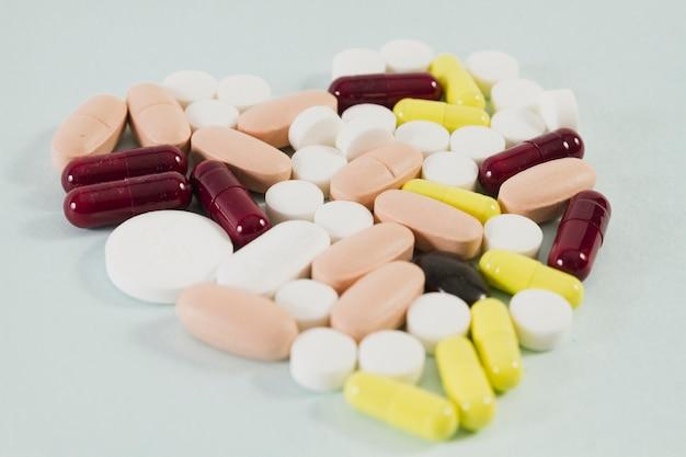 Tabletten georganiseerd in de vorm van hart