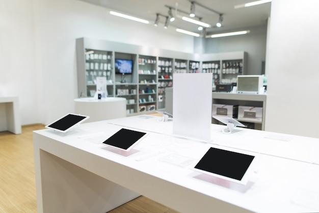 Tabletten op een vitrine in een lichte elektronica winkel.
