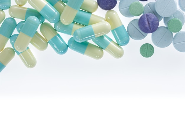 Tabletten van geneeskunde en witte achtergrond.