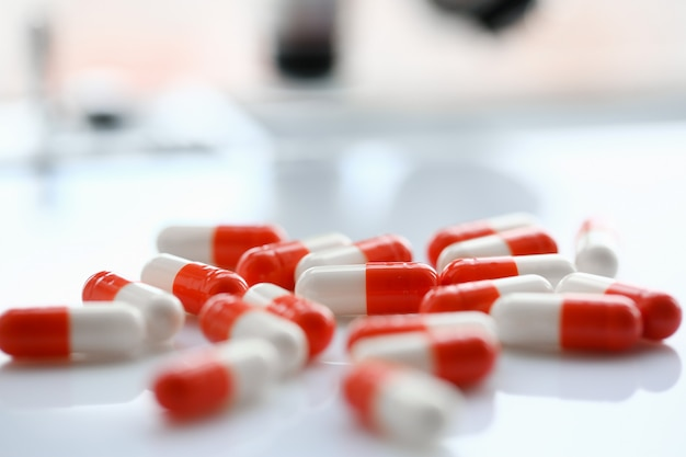 Tabletten verspreid over de tafel van de