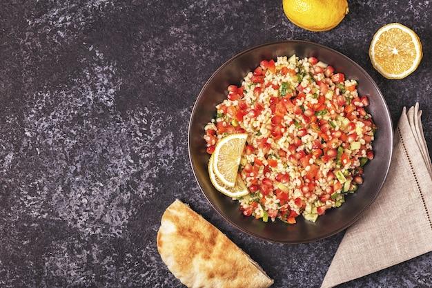 Tabouleh-salade in een kom met citroen