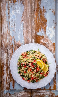 Tabouleh salade met couscous. terugvallen op de zomer