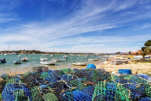 Tackles en vallen van vissers voor het vangen van schaaldieren en vis. in de stad alvor algarve.