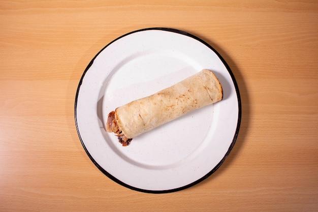 Taco arabe op witte plaat, mexicaans recept, bovenaanzicht