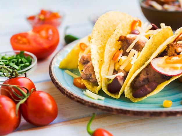 Taco op plaat dichtbij tomaten