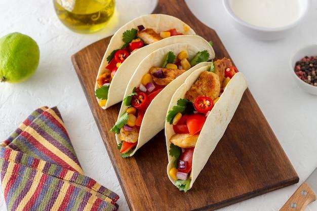 Taco's met kip, tomaten, maïs en uien. mexicaans eten. fast food.
